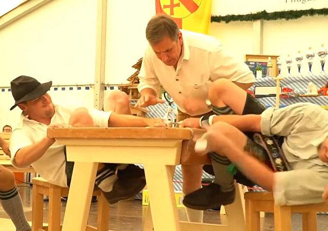 Dos personas compitiendo en el Fingerhakeln de Alemania