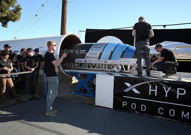 El equipo de WARR Hyperloop instalan su cápsula durante el concurso de SpaceX (archivo)
