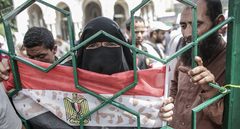 Una mujer con la bandera de Egipto