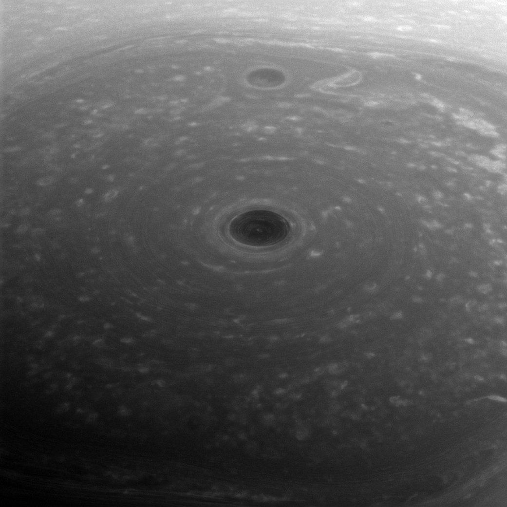 'En la cima del mundo': la foto del polo norte de Saturno, visto por la sonda espacial Cassini