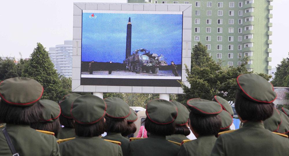 Los nortecoreanos, viendo el lanzamiento del misil balístico, en Pyongyang
