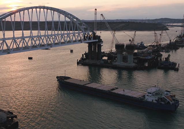 Momento histórico: el primer buque pasa por debajo del puente de Crimea