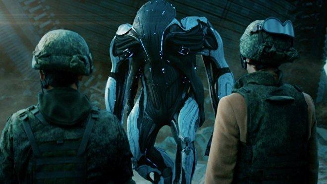 En la película rusa 'Pritiazheniye' (del ruso 'Atracción' o 'Gravedad') los extraterrestres aparentemente tienen forma y pensamiento humano, aunque nunca llegan a ser mostrados fuera de su coraza.