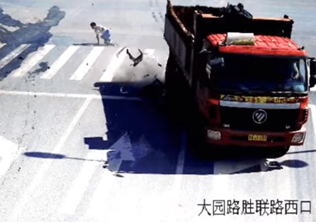 Un hombre se salva por los pelos de la embestida de un camión en pleno movimiento