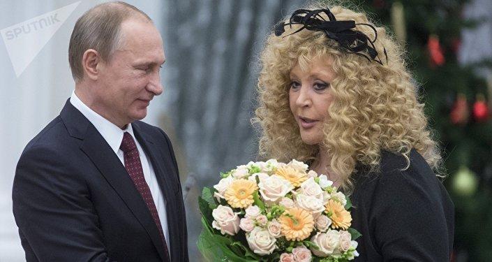Vladímir Putin, presidente de Rusia y  Ala Pugachova cantante rusa