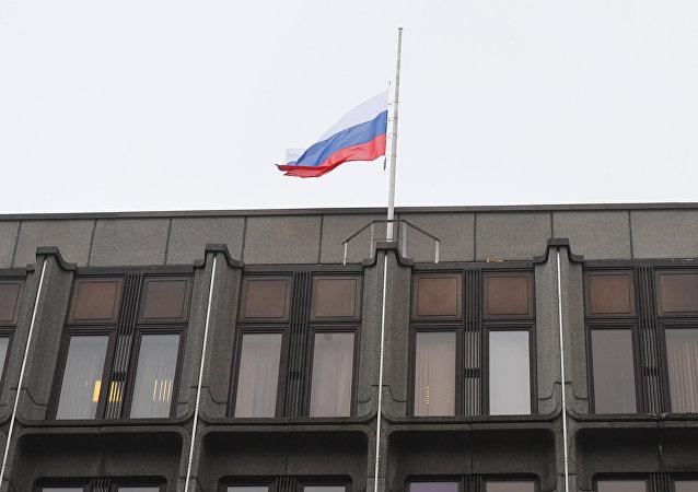 Bandera de Rusia sobre el edificio del Consejo de la Federación de Rusia