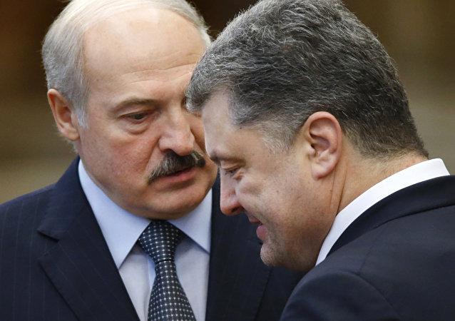Alexandr Lukashenko, presidente de Bielorrusia (al fondo) y Piotr Poroshenko, presidente de Ucrania (adelante), durante las conversaciones de paz en Minsk, Bielorrusia, 12 de febrero de 2015