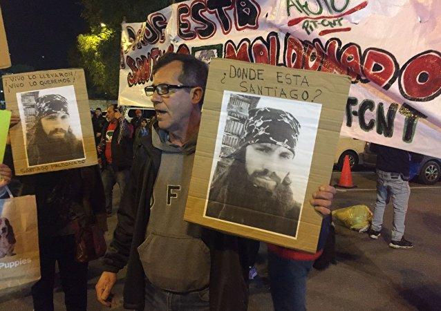 Manifestantes reclaman conocer el paradero del activista desaparecido Santiago Maldonado, en el Estadio Centenario de Montevideo.