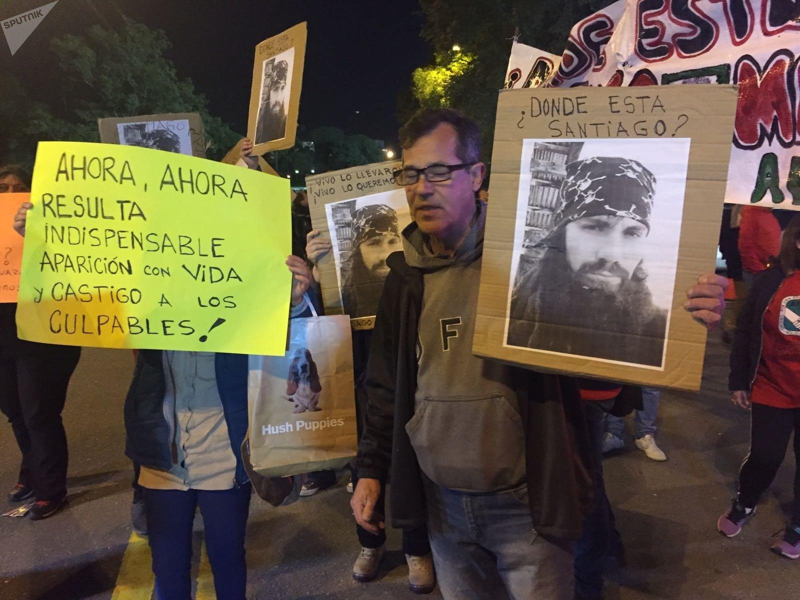 Manifestantes reclaman conocer el paradero del activista desaparecido Santiago Maldonado, en el Estadio Centenario de Montevideo, en el partido Uruguay - Argentina por las eliminatorias hacia Rusia 2018.