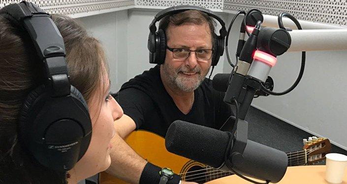Guillermo Roude en los estudios de Radio Sputnik