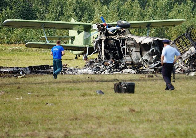 Los restos del An-2 siniestrado en las afueras de Moscú