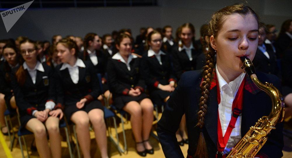Una alumna del Internado del Ministerio de Defensa toca el saxofón