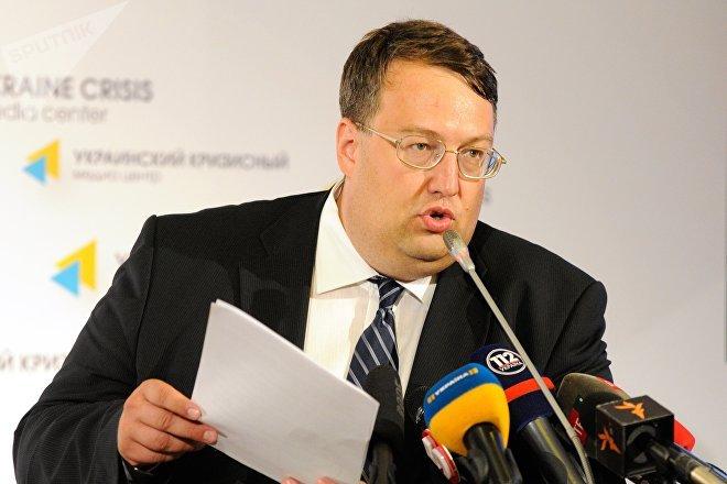 Con el cambio de poder en Kiev en 2014, el asesor del nuevo ministro de Interior, Antón Geráschenko, supervisó la creación de una lista negra de periodistas, artistas, políticos etc., con visiones críticas al nuevo Gobierno nacionalista.