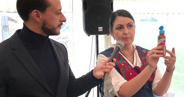 Marisa quiso explicar a los rusos qué es el chile molido con limón o tajín