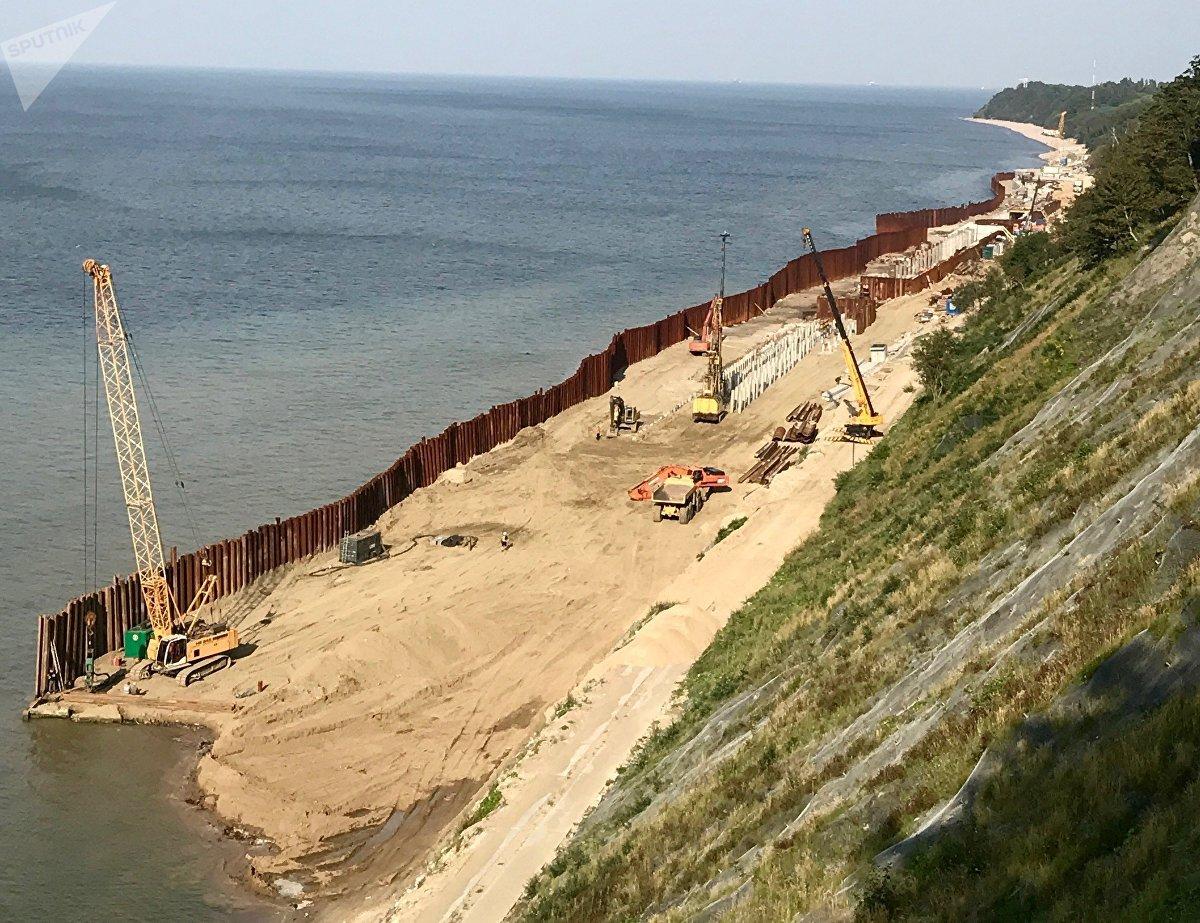 Playas en construcción cerca de la ciudad de Svetlogorsk