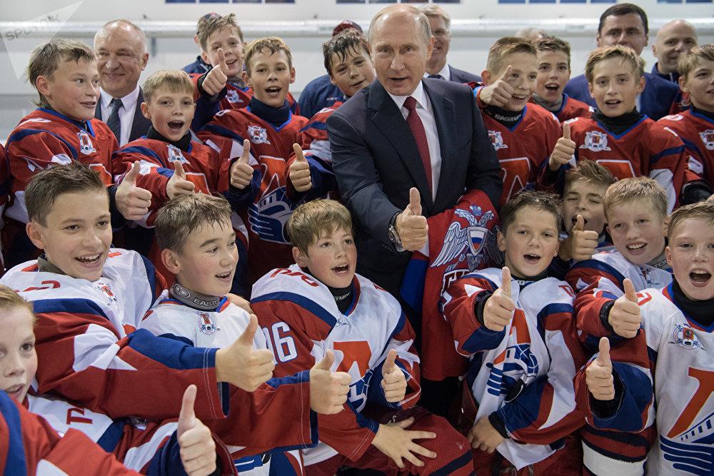 Vladímir Putin, el presidente de Rusia, visita una escuela de hockey sobre hielo en la ciudad de Yaroslavl, el 1 de septiembre.