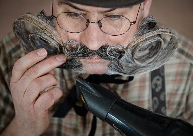 Un hombre acicala su bigote (archivo)