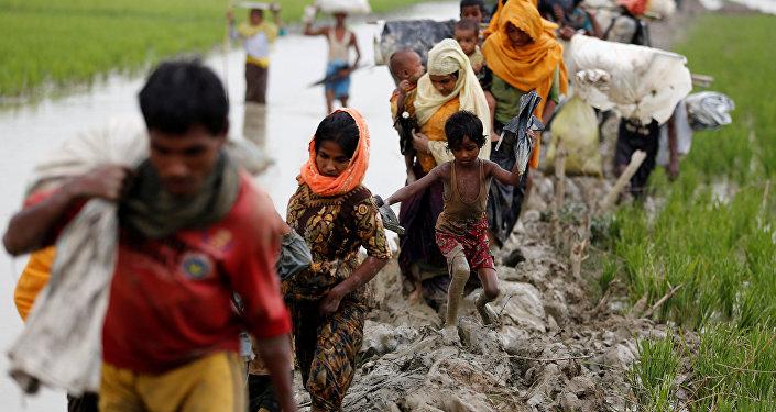 Los musulmanes rohinyás  cruzan de Birmania a Bangladés