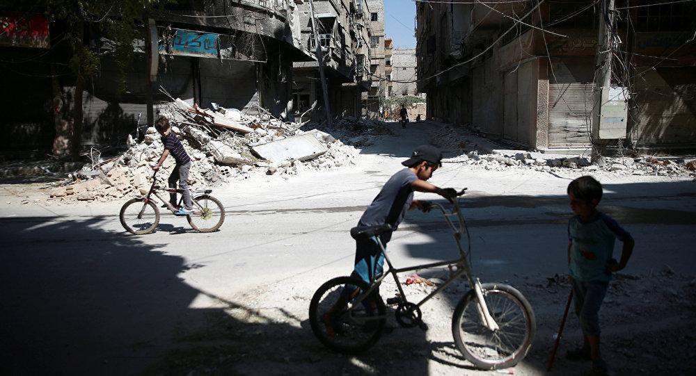 Niños sirios montando bicicletas