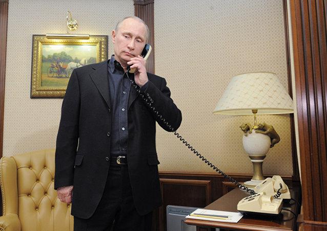 Vladímir Putin, presidente de Rusia, habla por teléfono