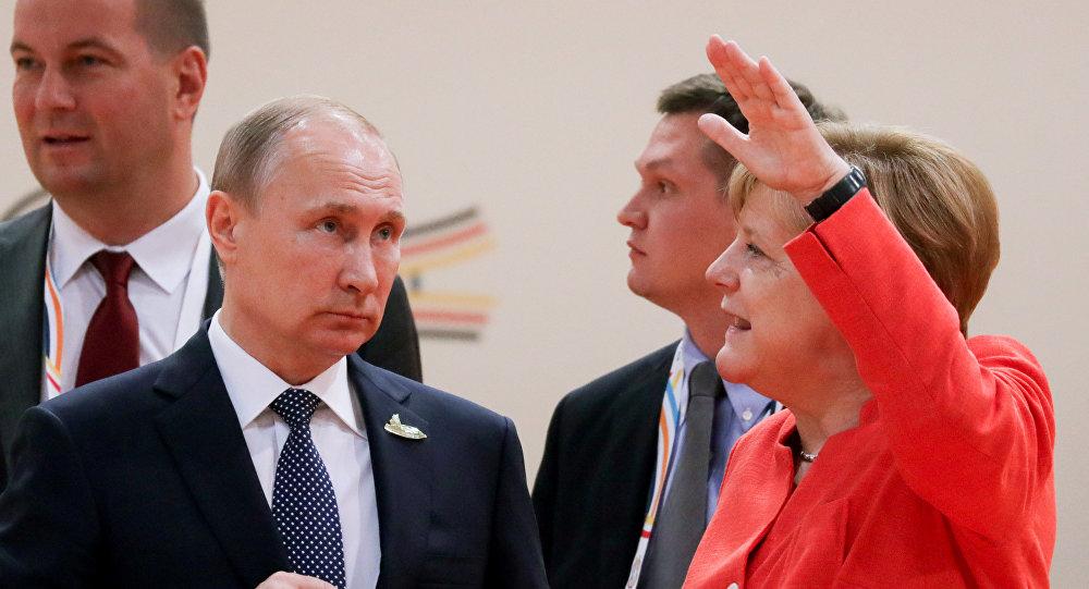 La canciller alemana, Angela Merkel, conversa con el presidente de Rusia, Vladímir Putin