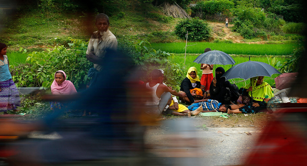 Refugiados rohinyás huyen de Birmania a Bangladés (archivo)