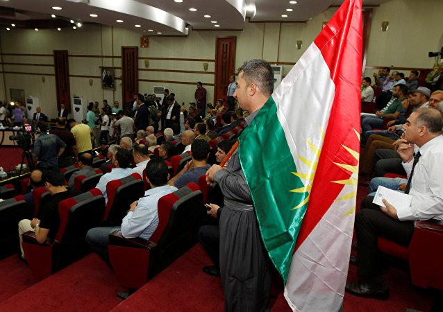 Un hombre con la bandera de Kurdistán