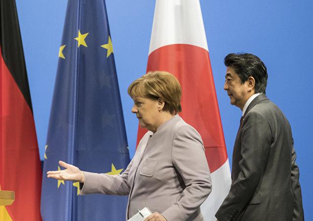 La canciller de Alemania, Angela Merkel, y el primer ministro de Japón, Shinzo Abe