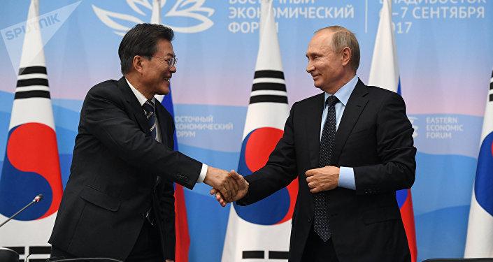 El presidente de Rusia, Vladímir Putin con el presidente surcoreano, Moon Jae-in