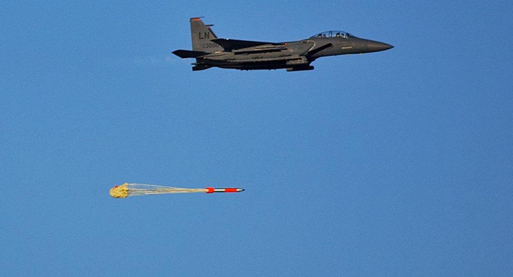 Un caza estadounidense F-15E lanza una bomba B16-4 (archivo)
