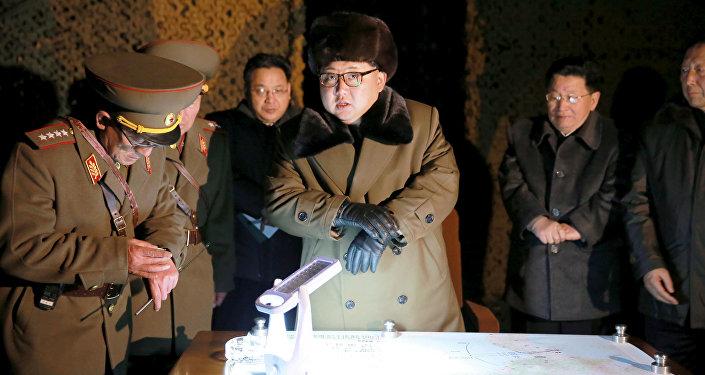 Kim Jong-un, líder de Corea del Norte en un reunión junto con militares