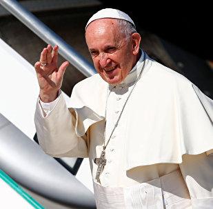 El Papa Francisco I aborda un avión rumbo a Colombia