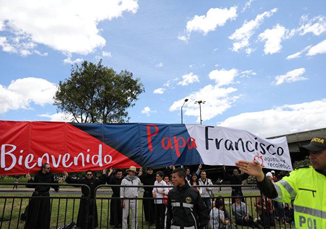 Colombianos dando la bienvenida al papa Francisco
