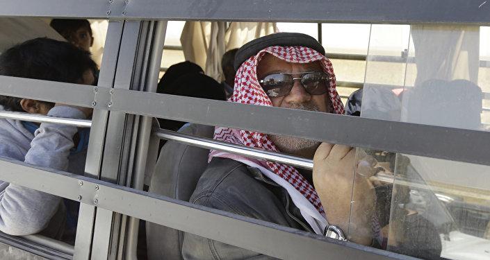 Un extremista del Daesh siendo evacuado desde Deir Ezzor