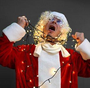Un 'santa' trata de suicidarse con luces de Navidad