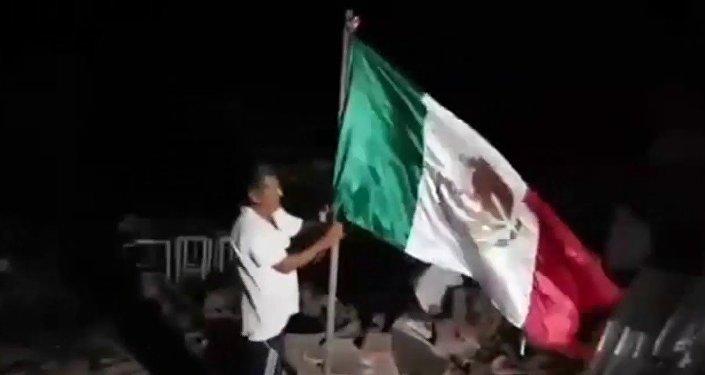 Mexicano se convierte en héroe popular al rescatar la bandera del país de las ruinas