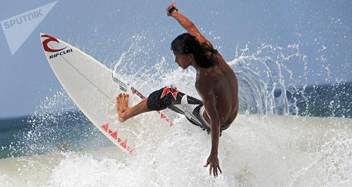 Un surfista montado en una ola