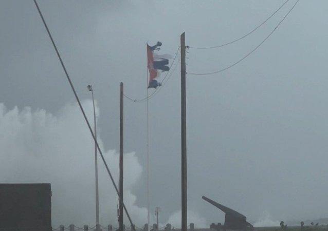 Con olas gigantescas de hasta cinco metros llega el huracán Irma a Cuba