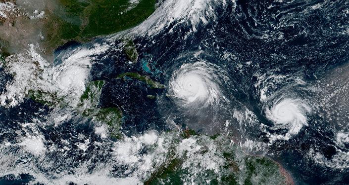 Huracán Irma, huracán Katia (a la izquierda) y huracán José (a la derecha)