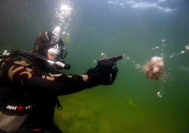 Pruebas de tiro bajo el agua con la pistola GSh-18 (archivo)