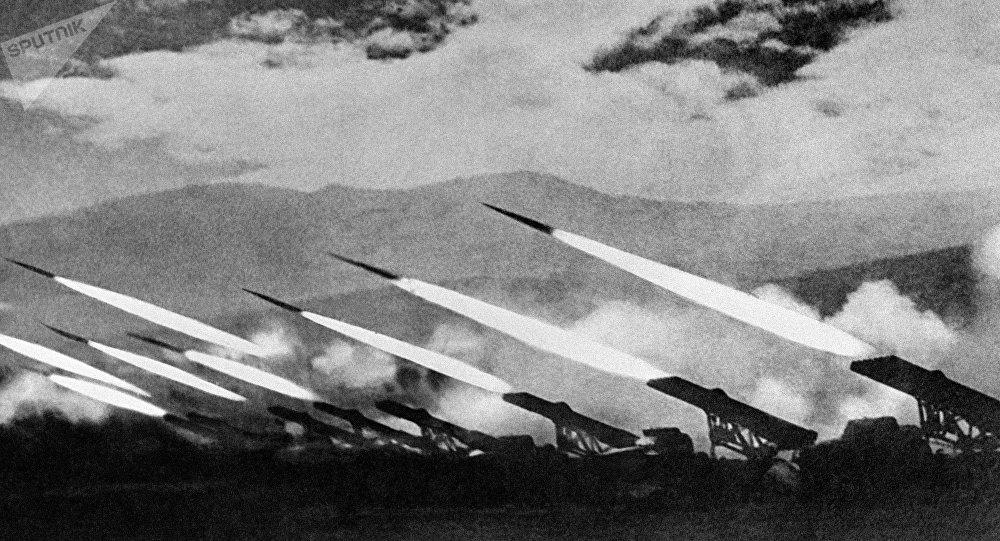 Katiusha en acción durante un combate contra los nazis alemanes (Segunda Guerra Mundial)