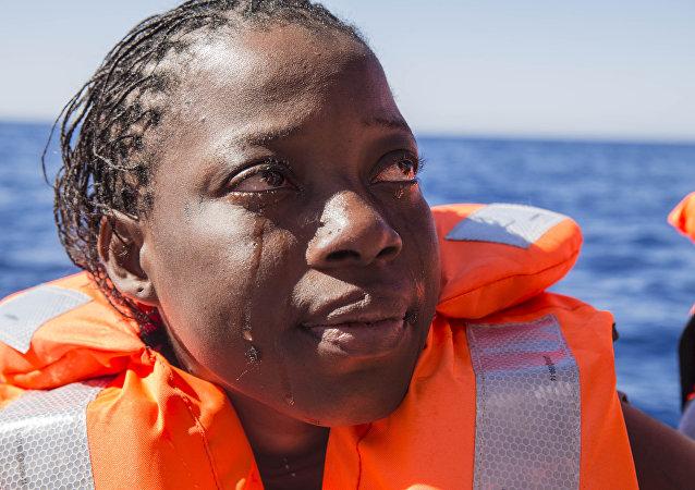 Una mujer de Costa de Marfil llora después de haber sido rescatada por los equipos de búsqueda y rescate de Médicos Sin Fronteras en el Mar Mediterráneo.