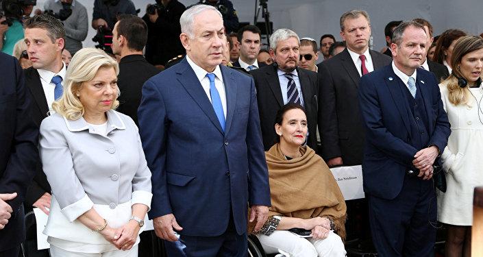 El primer ministro de Israel, Benjamin Netanyahu, y su mujer junto a la vicepresidenta argentina Gabriela Michetti homenajeando a las víctimas del atentado contra la embajada de Israel