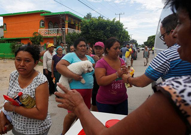 Los mexicanos reciben ayuda humanitaria tras el terremoto