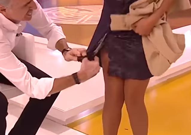 Un presentador español despierta indignación tras cortar en directo el vestido de su colega