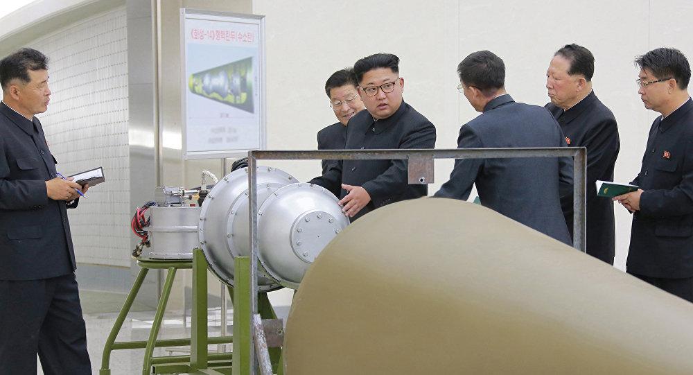 El líder norcoreano, Kim Jong-Un, inspecciona las armas nucleares norcoreanas