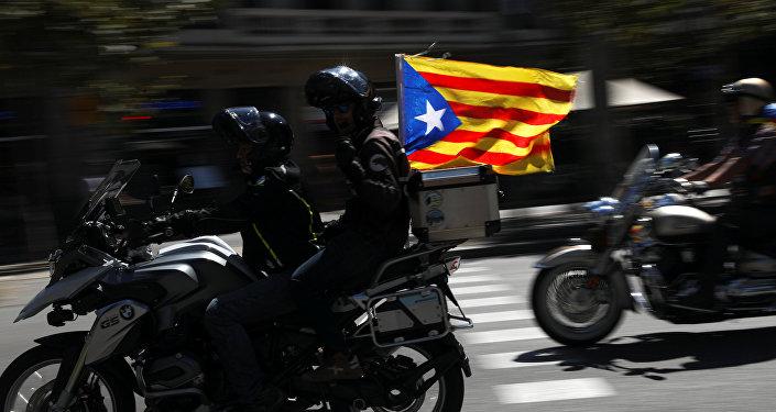 Partidarios del referéndum en Cataluña con Estelada, la bandera separatista