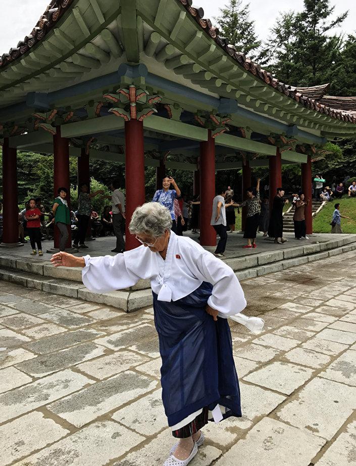 Una norcoreana bailando