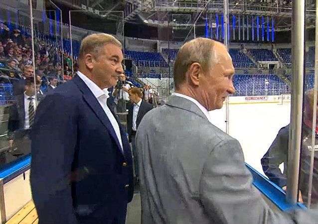 Putin se reúne con leyendas del hockey sobre hielo de la Superserie 72