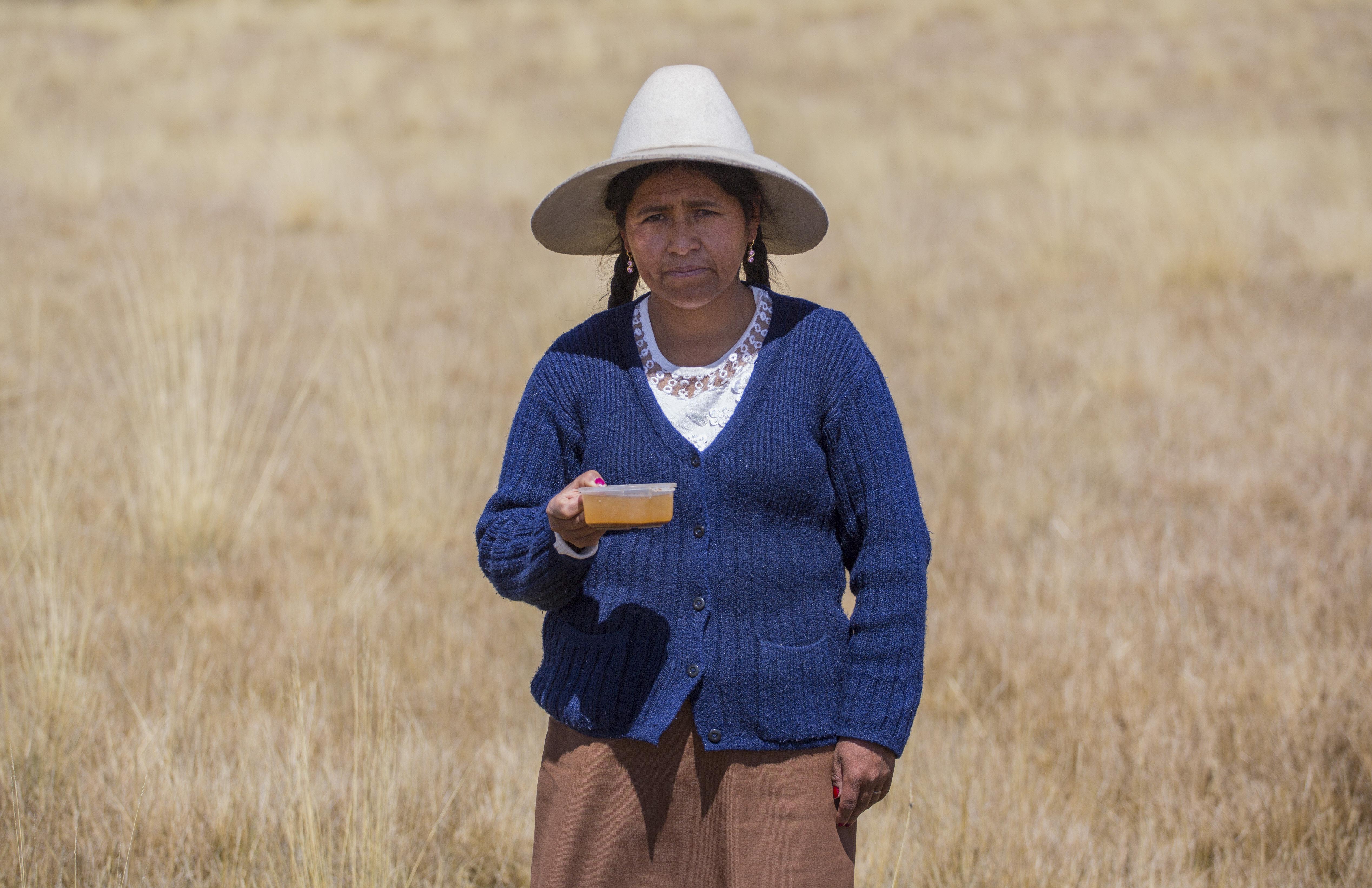 Carmen Catalina Chambi con agua contaminada de su comunidad. Habitante de la comunidad de Espinar